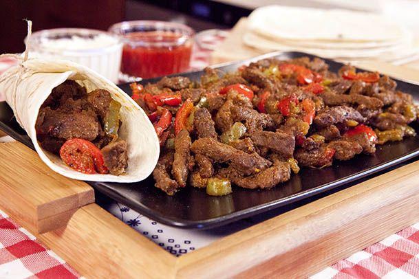 Meksika dalgası evinize geliyor. Kolayca hazırlayabileceğiniz Fajita tarifimizle bu akşam dünya mutfağından lezzetli bir yemek yiyin! http://www.migrostv.com/uzman-kasap-fajita-tarifi/