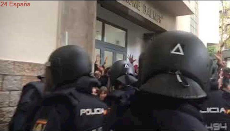 La Policia Nacional carrega contra els concentrats al col·legi ES Jaume Balmes