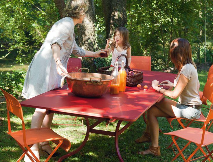 Fermob Romane - Passez en un clin d'œil de 10 à 14 convives. Vive les tablées familiales et les déjeuners entre amis avec la table romane à allonges.