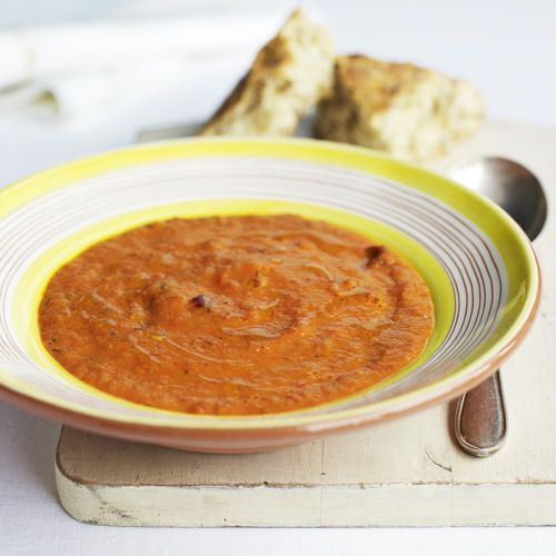 Zelf soep maken een lastige klus? Niet met dit recept. Doordat de paprika's, uien, tomaten en knoflook eerst in de oven gaan, krijgt de soep een heerlijk zoetige smaak. En ideaal voor als je met een groep eet, omdat je niet veel met de ingredienten hoeft...