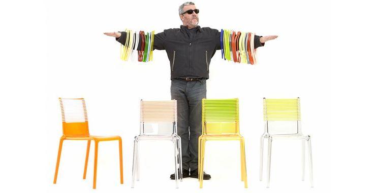 SEDIE D'AUTORE. Philippe Starck firma la sedia impilabile con bande elastiche intercambiabili Misa Joy. Di policarbonato a iniezione, è uno dei best seller di TOG. Il s progetto include il concetto di personalizzazione: il cliente può scegliere il colore della struttura e comprare diversi set di elastici, in colori differenti, da combinare secondo il proprio gusto.