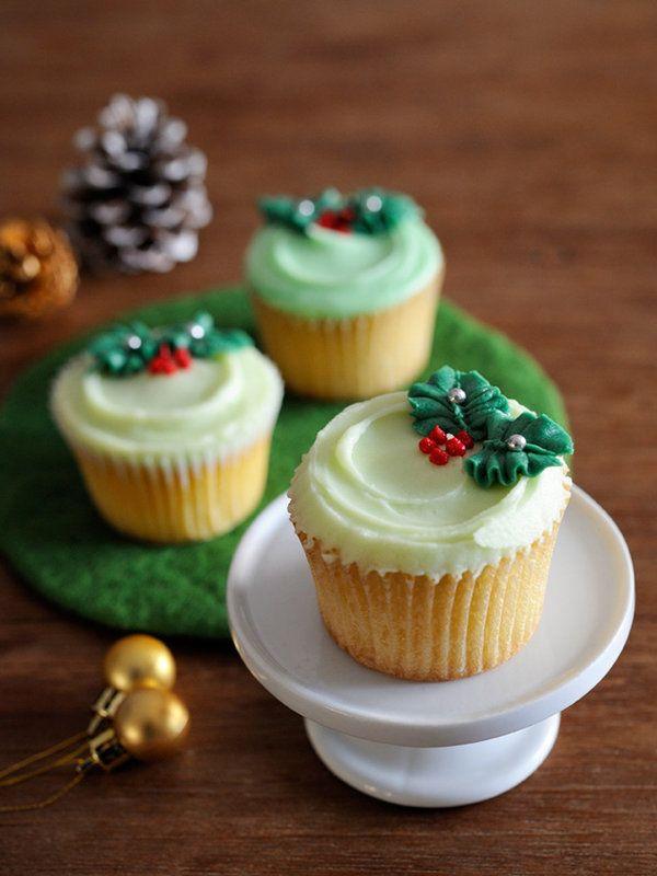 シンプルなデザインがお好みなら、ワンポイントひいらぎのカップケーキはいかが? ベースのバタークリームも、グリーンのパステルカラーにすることで、かわいらしさもアップ。 >デコレーション・レシピはこちらから