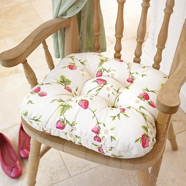 Strawberry Kitchen Chair Cushion--would look nice in my kitchen chairs