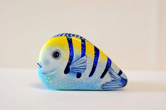 Painted stone, sasso dipinto a mano. Tropical fish