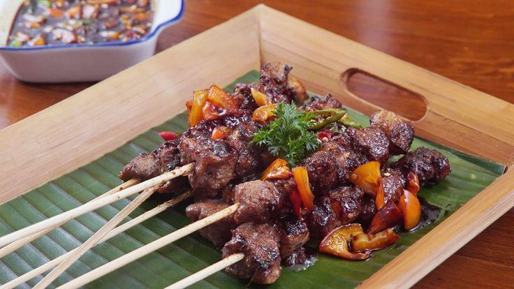 Resep dengan petunjuk video: Sate khas Purwakarta, Jawa barat ini biasanya dibuat dari daging Kambing atau Sapi. Proses  marinasi, dan pemasakan sebelum dibakar membuat sate ini disajikan tanpa saus pendamping.  Bahan: 300 g Daging Sapi, 300 g Lemak Sapi, 5 Lembar daun pepaya, Kecap Manis, Bumbu Halus, 5 Bawang Merah, 1 1/2 Bawang Putih, 1/2 Jahe, 1/2 Laos, 1 Sdt Ketumbar, 1/2 sdt garam, 1 sdm Gula merah dihaluskan, 2 sdm Asam Jawa, Sambal Kecap, 1 Tomat, 5 Cabai Rawit, 1 sdm Cuka, 5 sdm…