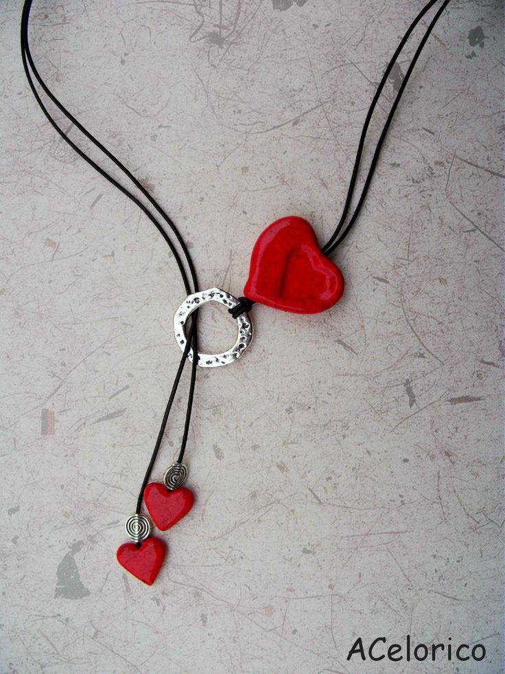 Colar CORAÇÃO,com fio de cabedal e 2 pequenos corações pendentes.