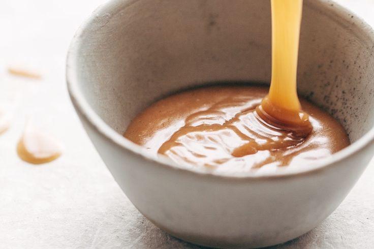 Le caramel c'est doux, intemporel, c'est l'enfance, l'insouciance. Et c'est justement parce que cette gourmandise est universelle que nous vous proposons une version vegan de cette douceur. Vous allez être surpris 😉 Ingrédients : 6 cld'huile de coco 6 clde sirop d'érable réel 2 cuillères à soupe de beurre d'amande Sel marin Vanille ou cannelle selon vos goûts Recette : Faites fondre l'huile de noix... Lire l'article