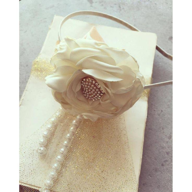 Ivory hårbøjle med ivory silke blomst til voksne og piger made by MargretheDesigns. Flot hårbøjle, som passer til vores kjoler og tylskørter.