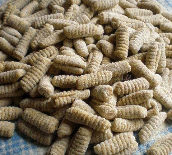 I malloreddus con farina di grano saraceno che propongo, si preparano in un'ora di tempo, fra impasto e formatura, consentendo di avere una pasta fresca