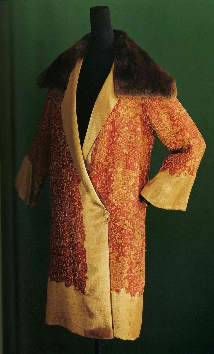 Вечернее манто. Liberty & Co, около 1925. Оранжевая шелковая вискозная жаккардовая ткань с узором в виде желтых хризантем, золотистой вискозой отделаны полы, манжеты и нижняя часть манто, воротник из меха бобра.