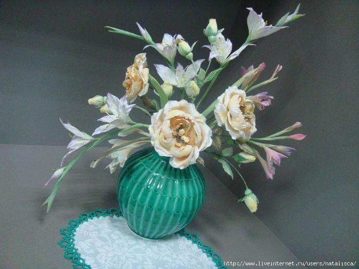 Вот такой нежный букет. Цветы сделаны из искусственных тканей. Все тычинки изготовила сама.