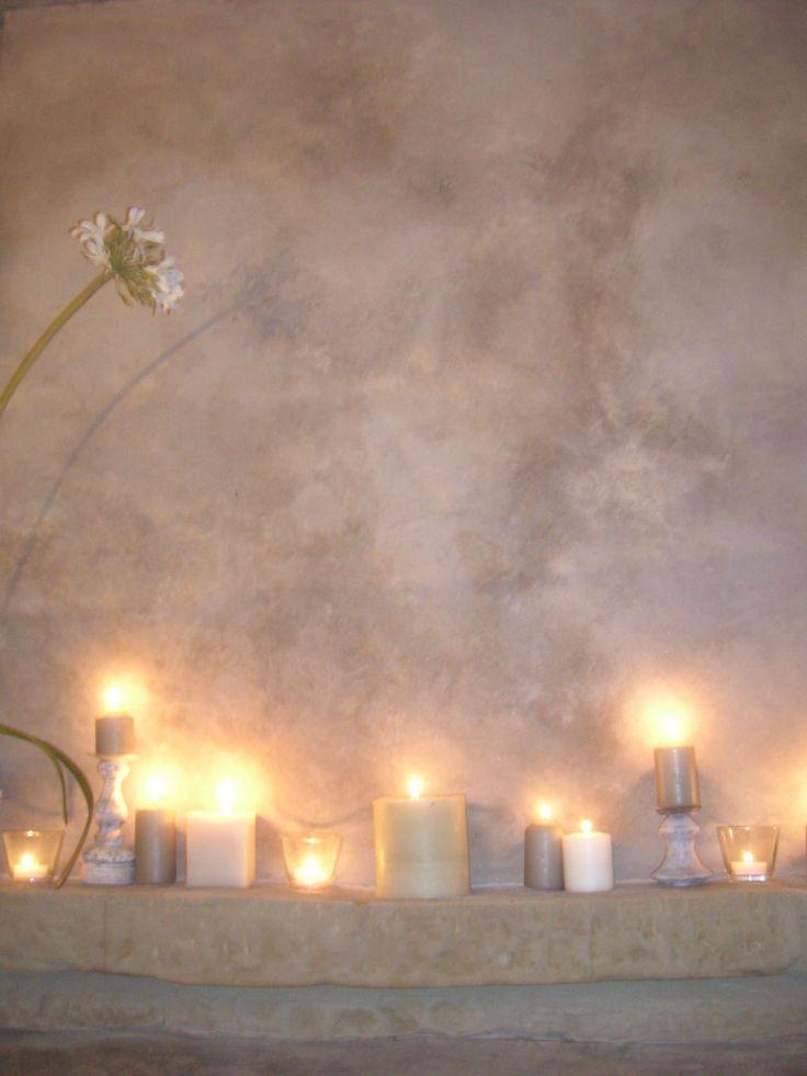 particolare della sfumatura delicata dell'ombra del fiore sul camino con candele presso agriturismo Caresto