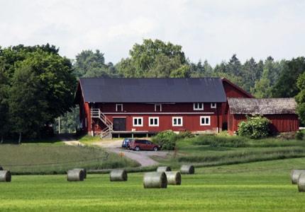Lasätter gård, 1 timme från Stockholm, nära Skavsta. B & B för 8-12 personer i en ombyggd gammal lada.