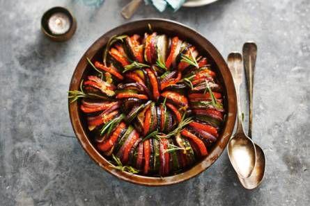 Ovenschotel mediterrane groenten Een kleurrijk en vegetarisch pronkstuk voor bij het kerstdiner.