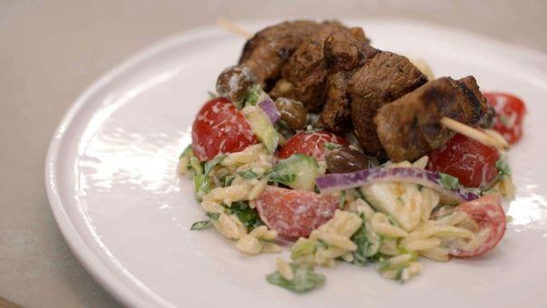 Eén - Dagelijkse kost - Souvlaki van lamsvlees met groenten en Griekse pasta