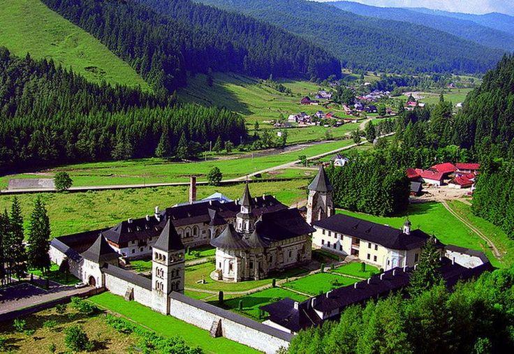 Manastirea Putna.  La data de 4 iulie 1466, Voievodul Stefan cel Mare si Sfant alege locul pe care va fi zidita Biserica Manastirii Putna, tragand cu arcul de pe Dealul Crucii. Sase zile mai tarziu, la 10 iulie 1466, conform Letopisetelor putnene, se incepe zidirea Bisericii Manastirii Putna, care va fi terminata in anul 1469.