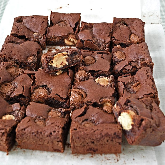 Wil je graag iets lekkers maken met paaseitjes, of zoek je een manier om in één keer veel paaseitjes op te maken: bak dan deze heerlijke paasei brownies!