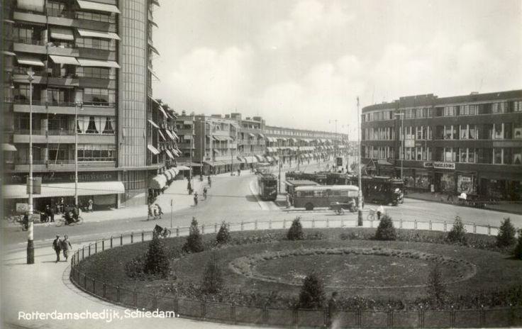 1937. De Rotterdamsedijk met begin- en eindpunt van de electrische tram naar en van Rotterdam, gezien vanaf een pand aan de Broersvest. Links de flat Singelwijck.