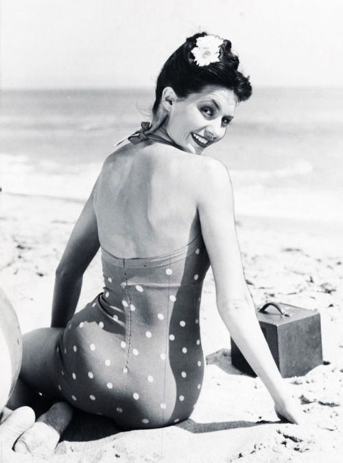 The always gorgeous Cyd Charisse at the beach. Early 40's