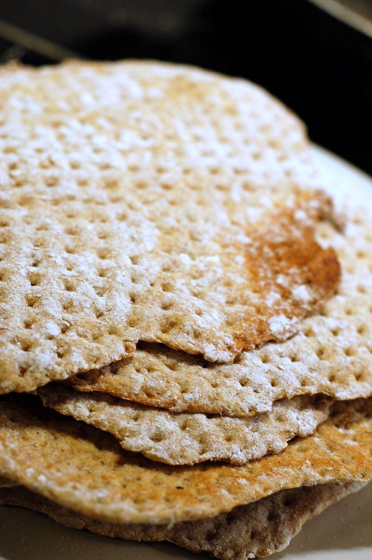 El Knäckebröd o Spisbröd es un tipo de pan de centeno horneado, aplanado y endurecido, original de Escandinavia, que se considera como un alimento típico sueco. Se estima que era un alimento importante en la dieta de los vikingos, por su larga duración y su liviano peso. Es un alimento muy popular en Suecia, en escuelas y regimientos como acompañamiento de las comidas, y suele agregársele tajadas de queso o fiambres, o untar con mantequilla, pasta de huevas de bacalao, paté o mermelada.