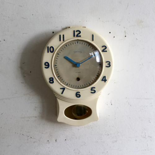 アンティークSMITHS(スミス)の振り子時計|ブルーの文字と時計の針が素敵なアンティークのSMITHS(スミス)の振り子時計です!スミス社は1851年に時計職人のサミュエル・スミスが開いた時計店が始まり。 時計メーカーとしての地位を確立、航空機の速度計、気圧計をはじめ、ミニなど英国車のスピードメーターにも使われていたクールな時計メーカーです。そんなスミスのキュートなモチーフ!アンティークの時計はお部屋のインテリアに深みを出してくれるアイテムですね。