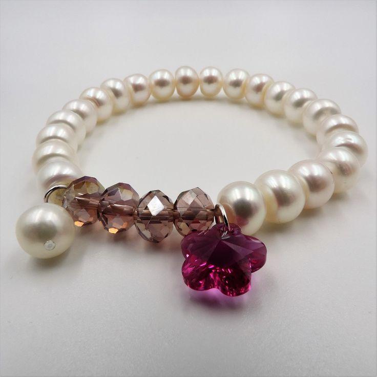 Pulsera elástica de perlas con flor fucsia