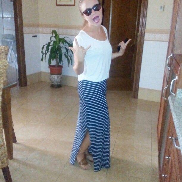 Falda larga de rayas blanco y azul, de Zara. Camisa blanca de Stradivarius. Sandalias planas marrones, tiras cruzadas de Stradivarius. Y por ultimo gafas de sol de Opticalia.