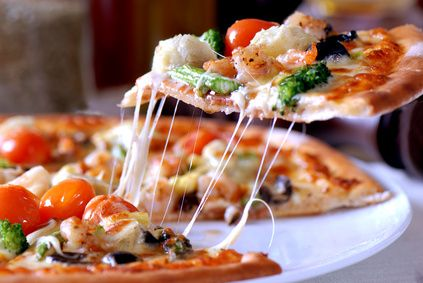 Pizza z kosim serem i pesto.