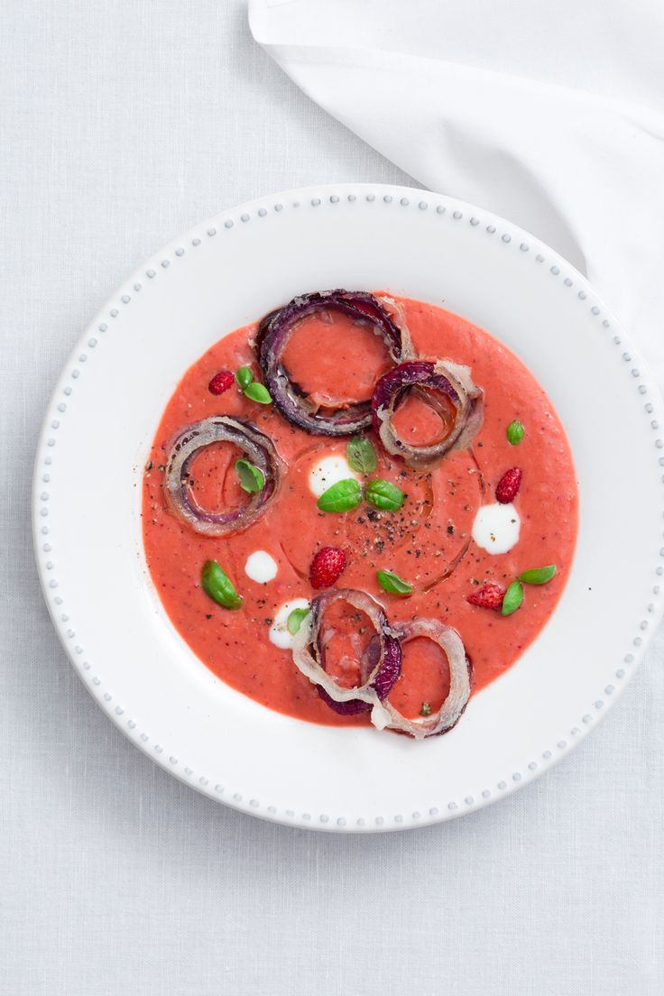Gazpacho di frutta e verdura estiva: un piatto ricco di gusto e arte per stupire i tuoi ospiti.  [Fruit and vegetables Gazpacho]