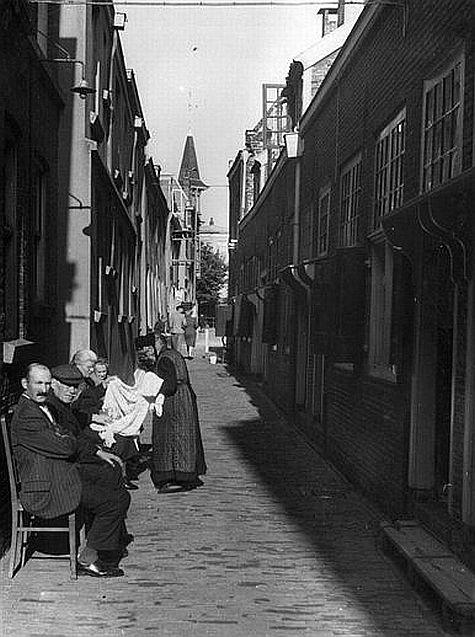 De Zakkendragerssteeg 1942: Huizen van de dragers, die vanaf de 17e eeuw de zakken uit de schepen aan de Oudegracht tilden