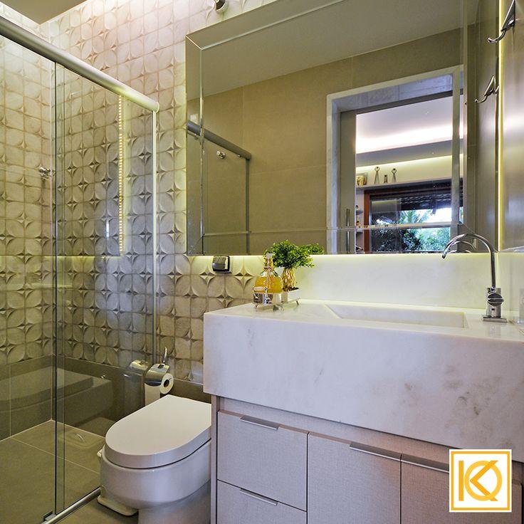 O lavabo que antes tinha a porta bem em frente à área de refeições, incomodava os donos da casa, sua porta foi desviada para dentro da sala de música e camuflada como se fosse um painel que acomoda fotos e lembranças de viagem. A iluminação e o gesso em todo o ambiente também foram totalmente recriados permitindo melhor aconchego. #ProjetodeArquitetura #Arquitetura #Decor #Residencial #AreaExterna #SalaDeMusica #KarlaOliveira #StudioKarlaOliveira