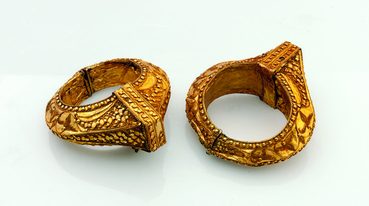 Indonesia Pair of bracelets [galang gadang] 19th century, Minangkabau highlands region, West Sumatra gold 9.7 x 8.5 x 4.0 cm each, 30 grams (weight) Truus and Joost Daalder Collection, Adelaide