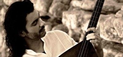«Μουσικό φαινόμενο» είναι ο χαρακτηρισμός που απέδωσε ο Γιώργος Νταλάρας στο Μιχάλη Τζουγανάκη, μετά από κάποια συνεργασία τους επί σκηνής. Ο δεξιοτέχνης του λαούτου και πηγαίος ερμηνευτής μίλησε στο flowmagazine.gr, καταθέτοντας  την προσωπική του ματιά στα πράγματα και μαρτυρώντας την ατέλειωτη αγάπη του γι΄ αυτό που κάνει.