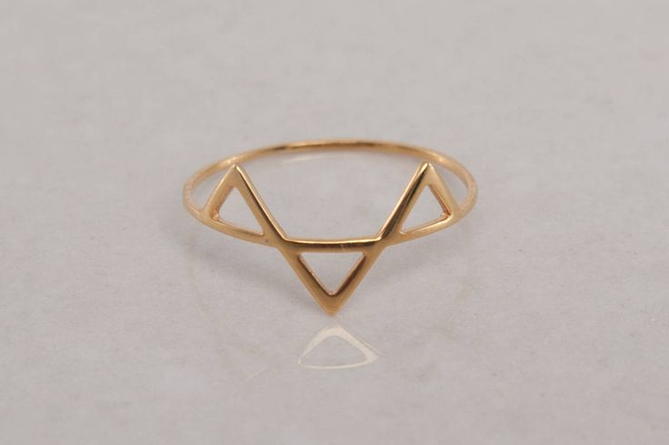This thin dainty rings is designed by Digible and produced in Belgium. Its a v ring, and its name Moreno is spanish for brown. The piece represents the different shades of brown due to its geometric reflections in the sun. The minimalist jewelry is a perfect gift for girlfriend, and an excellent example of simplistic rings in 14k gold ring.  The piece is ideal in Rose Gold, but can also by made in the more affordable material fine silver (925).  It is available in Silver and Rose Gold 14kt…