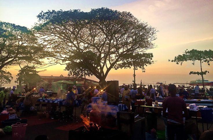 Exciting tastes and smells on the streets of Zanzibar🍲🌶 استمتعنا بتجربة الطعام المحلي في سوق الطعام في زنجبار #easttowestadventures #streetfood #streetmarket #zanzibar #exciting #tasty #explorefood #newfood #foodmarket #stonetown #tanzania #africa #instatravel #travelforlife #travel4arab #holidayfactory #gardens #celebrate #cooking #chef #localdish #zanzibarfood #مغامرات_من_الشرق__الى_الغرب #زنجبار #تنزانيا #سوق_الطعام #دبي #سفر #طعام #شهي