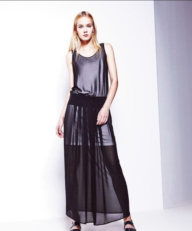 Długa, zwiewna sukienka z krótką haleczką.