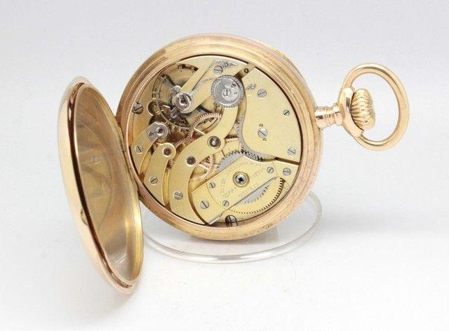 Relógio de bolso da marca Suiça PATEK PHILIPPE & CIE, marca que dispensa apresentações, em ouro 18k, totalmente original, produzido por volta de 1904. Trata-se de um relógio que mede 5.6 cm de diâmetro, modelo Gondolo.Sendo este o relógio de maior tamanho da Patek, tem hoje elevada procura e valorização.