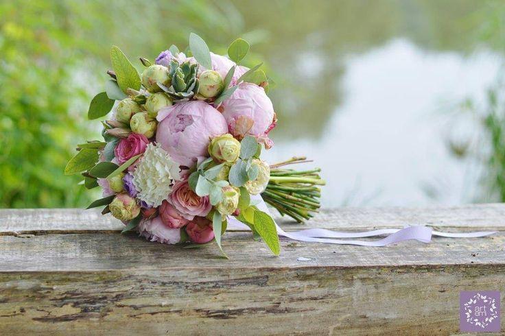 Różowa piwonia, róża w kilku odmianach, filetowa eustoma, goździk ❤ oraz pachnąca romantyczna zieleń - czyli mój ulubiony eukaliptus - ARTEMI - ARTEMI /artemi.com.pl/ wedding bouquet - dekoracje ślubne, kwiaty do ślubu, bukiet ślubny