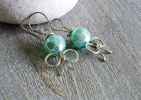 Orecchini piccoli con perla di vetro sfaccettata di Candylostile