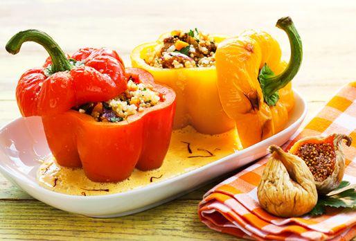 Geröstete Paprika mit Quinoa-Feigen-Füllung auf Cashew-Safran-Schaum