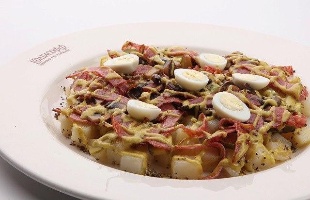 закуска из отварного картофеля, маринованных огурцов, жареных шампиньонов и колбасы Милано. Подается с медово-горчичной заправкой и перепелиными яйцами.   omnomnom ^^