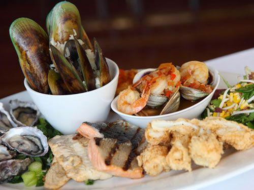Ресторан Finz в Квинстауне может похвастаться сногшибательными видами на озеро Вакатипу и горный хребет Ремаркаблс. Но большинство завсегдатаев заведения возвращаются сюда за превосходными блюдами из морских деликатесов, естественно местными, естественно самыми свежими. | Квинстаун - путеводитель по лучшим ресторанам 2016 | Ahipara Luxury Travel New Zealand  #новаязеландия #зеландия #гид #квинстаун #ресторан #туры #гастротуры #морепродукты #отзыв