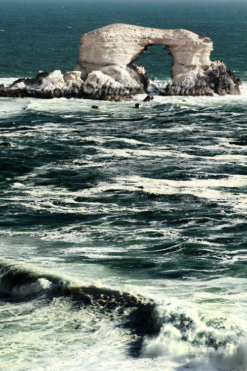 La Portada, Antofagasta, Chile es un monumento natural, causado por la erosión del mar, tiene 43 metros de altura, 23 metros de ancho y 70 metros de largo.