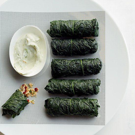 Col rizada rellena de bulgur y tabule acompañada de salsa de lima y yogurt   19 vegetales deliciosamente rellenos
