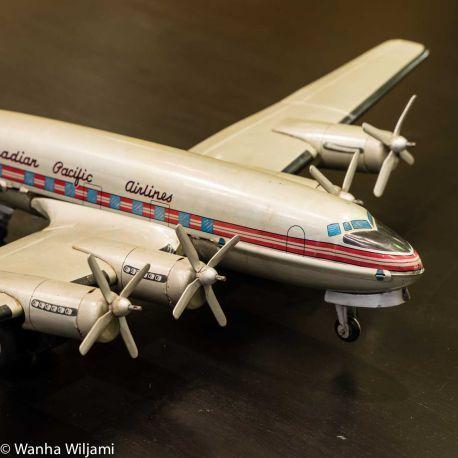 Iso vanha mekaaninen peltilelu lentokone 1950-luvulta. Valmistaja Thasi toy, Japani.  Koneessa kyljessä teksti Canadia Pacific airline,  siivessä CF-CPA ja peäsimessä Canadian tous, Thasitoy, Japan.
