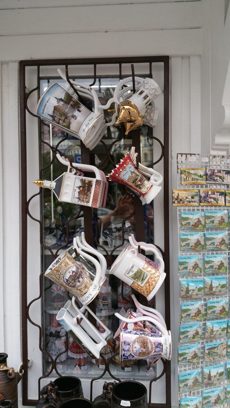 Die 'heiße Tasse' a la Karlsberg: Ohne den Henkelmann könnte das Probieren des Heilwassers aus den heißen Quellen der Stadt schmerzhaft enden. Kalsbad - Karlovy Vary