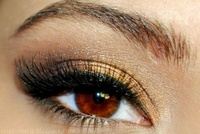 ojos dorados y negros: Make Up, Eye Makeup, Eye Colors, Eye Shadows, Brown Eye, Makeup Looks, Makeup Eye, Prom Makeup, Gold Eyeshadows