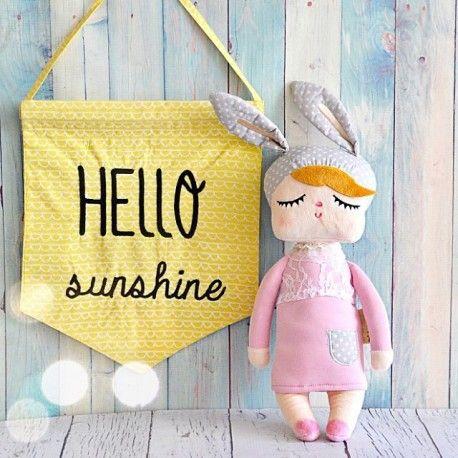 Deze schattige Kanindocka pop, gemaakt van 100% katoen, met vrolijke konijnenoren en roze blosjes op haar wangen zorgt voor veel speelplezier en heeft een hoog knuffelgehalte! Het ideale knuffelvriendje voor je kindje! De pop is CE-gecertificeerd en voldoet daarmee aan de essentiële eisen voor veiligheid, gezondheid en milieu. Shop op www.droomzolder.nl