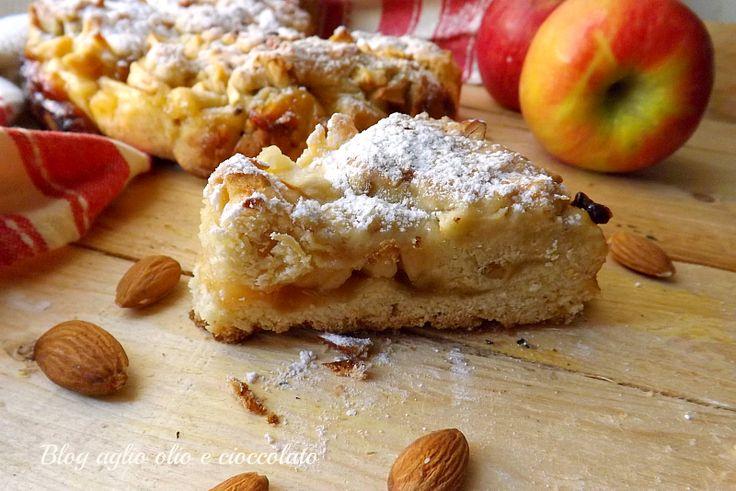 la crostata rustica mele e mandorle è un dolce dall'aspetto rustico ma dall'impasto molto morbido e con un cuore cremoso di marmellata e mele