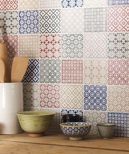 Patchwork di piastrelle su una parete della cucina